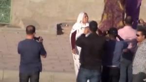 Una mujer saharaui es intimidada por policias de paisano que le graban